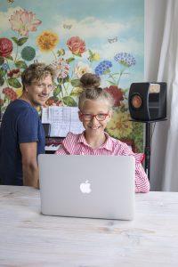Portret van presentator Klaas van Kruistum met zijn dochter Madelief