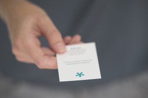 Bedrijfsfotogafie reportage brandingbureau ontwerpbureau hand overhandigt visitekaartje