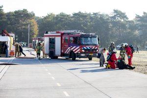 Slachtoffers worden geholpen door hulpverleners
