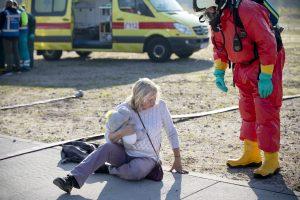 Slachtoffer met knuffel in de arm wordt benaderd door hulpverlener