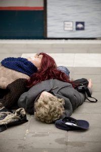Slachtoffers liggen met schuim om de mond op het perron