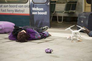Slachtoffers op het perron naast de drone met gifgas
